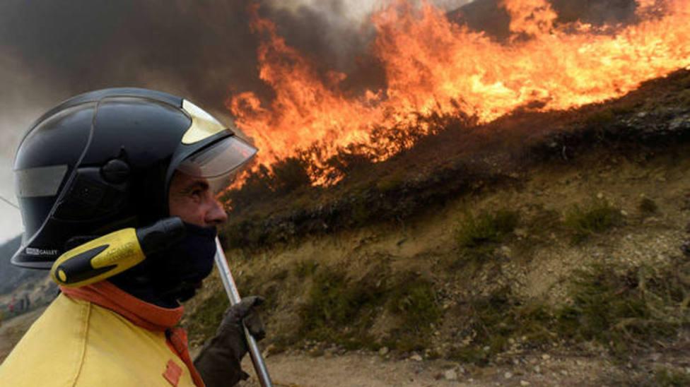 Un incendio que comenzó de madrugada ya ha calcinado más de 20 hectáreas en Ribas de Sil