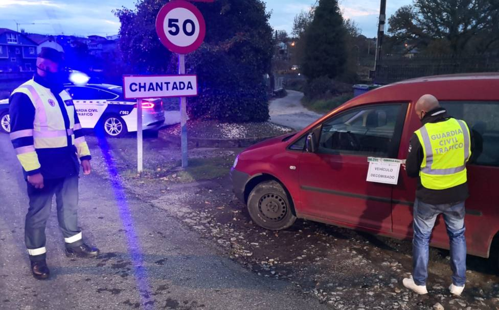 Detenida hablando por el móvil una conductora sin carné ni seguro y con ITV caducada