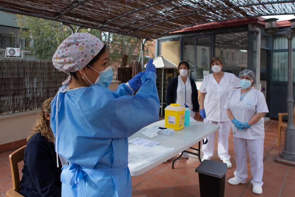 Foto de archivo de personal sanitario preparando pruebas PCR - FOTO: EFE / Enric Fontcuberta