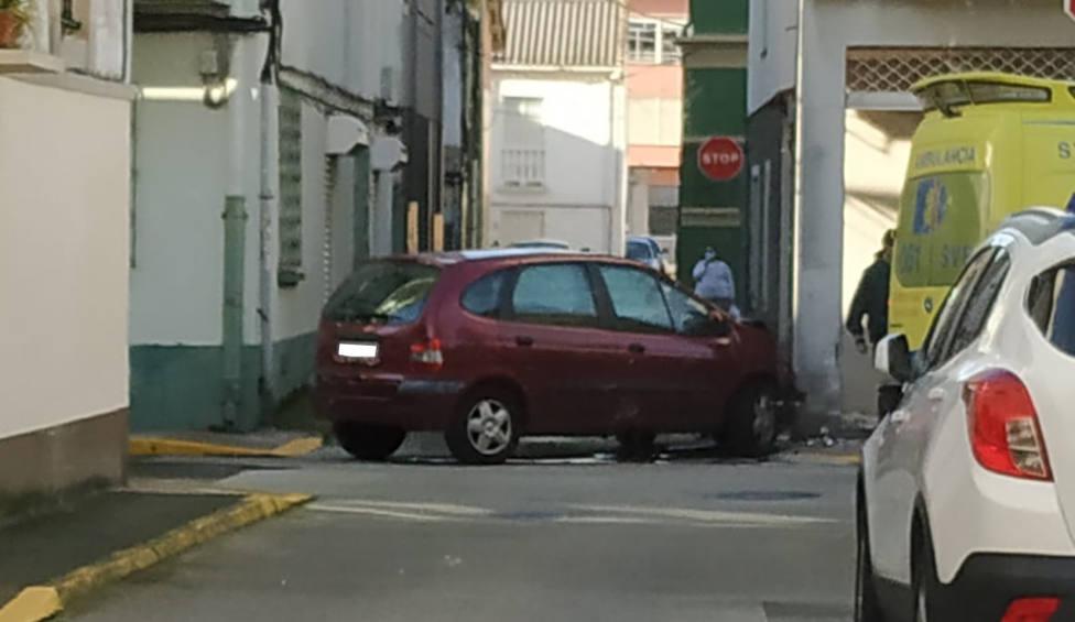 Uno de los vehículos acabó empotrado contra la fachada del Barzar Moncho - FOTO: Tráfico Ferrolterra
