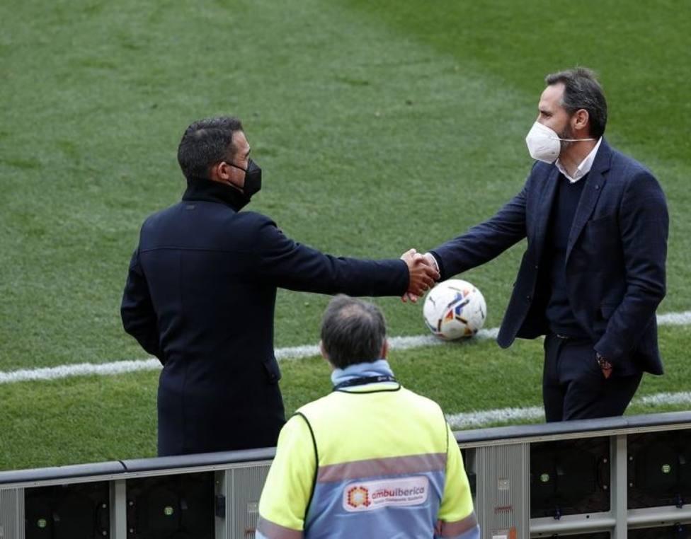 Luis García y Vicente Moreno se saludan antes del partido