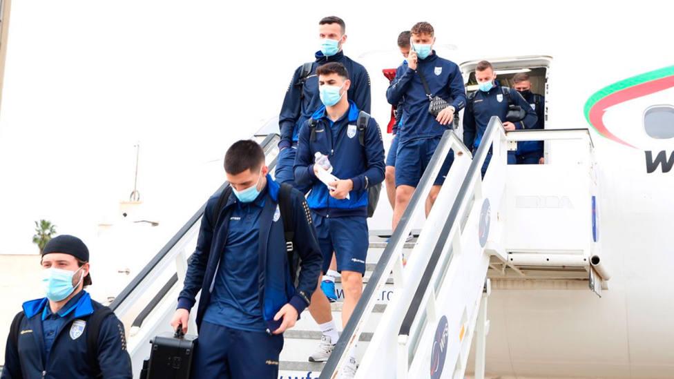 Los futbolistas de la Selección de Kosovo salen del avión tras aterrizar este lunes en Sevilla (@FFK_KS)