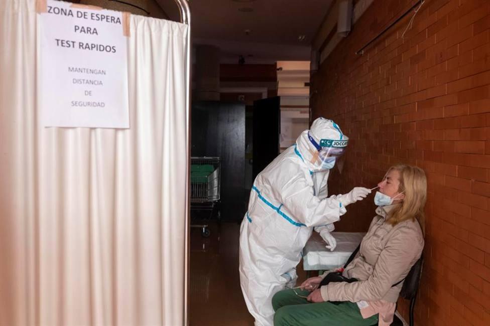 Personal sanitario realiza pruebas PCR. EFE/Marcial Guillén/Archivo