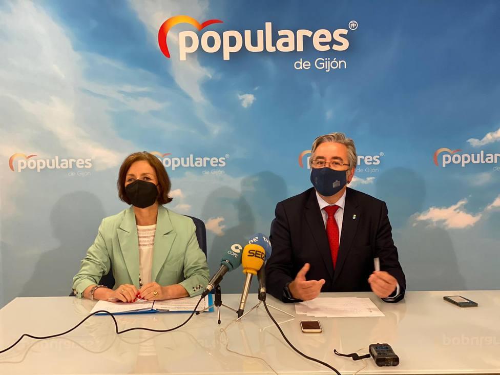 El presidente del PP de Gijón, Pablo González, presentó el recurso junto a Ángeles Fernández Ahuja
