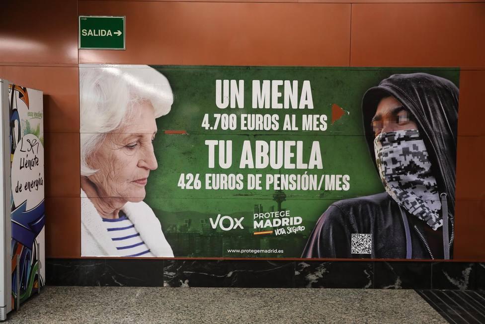 Cartel electoral de Vox en la estación de cercanías de Sol