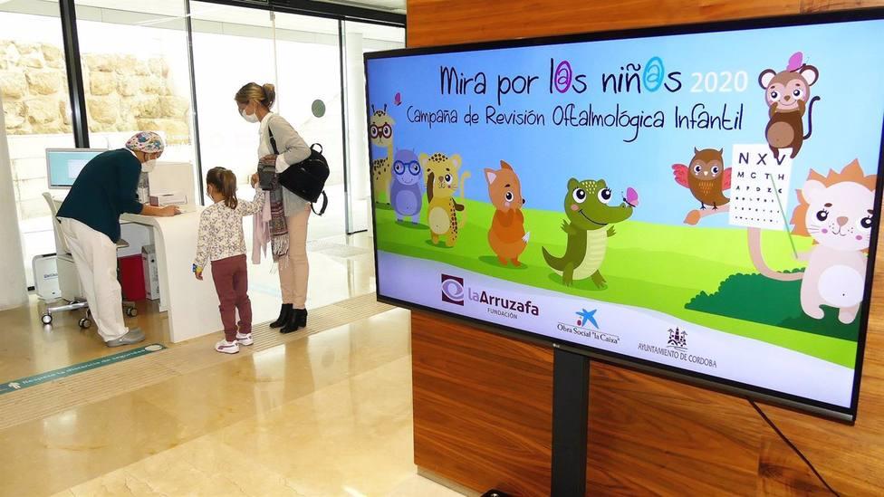 Una campaña oftalmológica de la Fundación La Arruzafa atiende a más de medio millar de escolares cordobeses