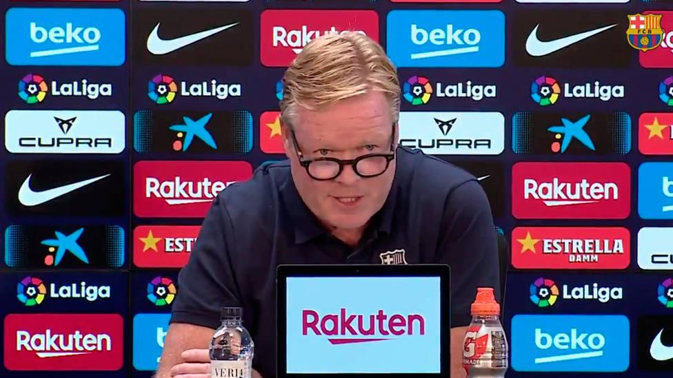 Ronald Koeman lee un comunicado en la sala de prensa del Camp Nou