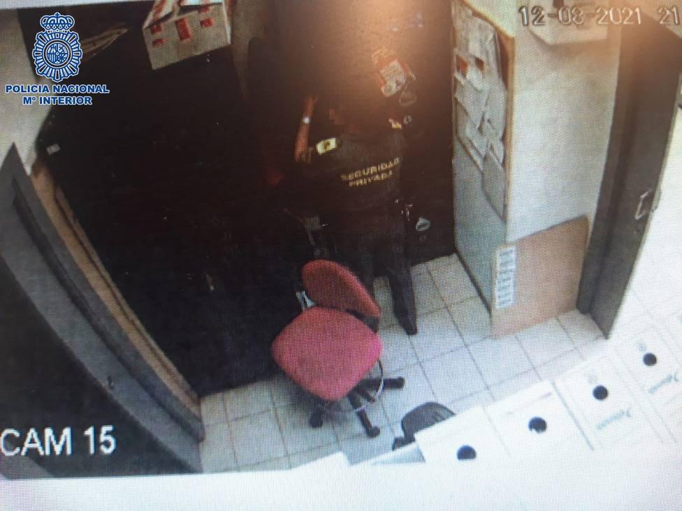 Una vigilante de seguridad identificada por un robo en un comercio de Logroño en el que trabajaba