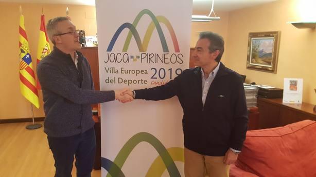 El alcalde de Jaca, saludando al representante de ACES-Europa en España