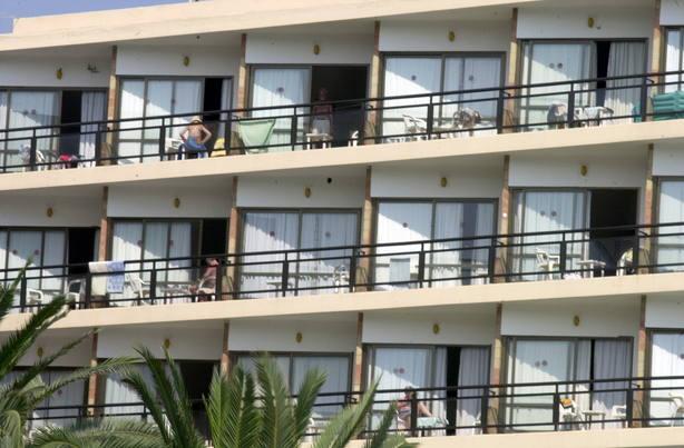 Fallece un joven irlandés tras caer de unos apartamentos en Magaluf, Mallorca