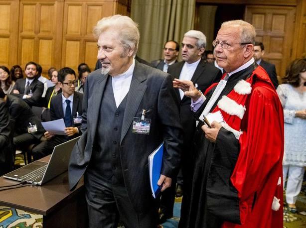 El representante iraní Mohsen Mohebi asiste a la vista de la Corte Internacional