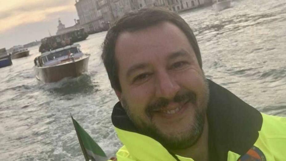 Salvini sonríe, Italia se indigna