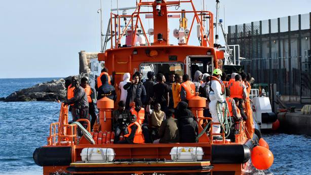 Un barco de Salvamento Marítimo rescata a inmigrantes