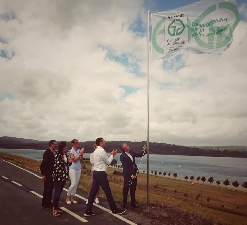 Izado de la bandera de AENOR en la zonal del lago de As Pontes - FOTO: Concello de As Pontes