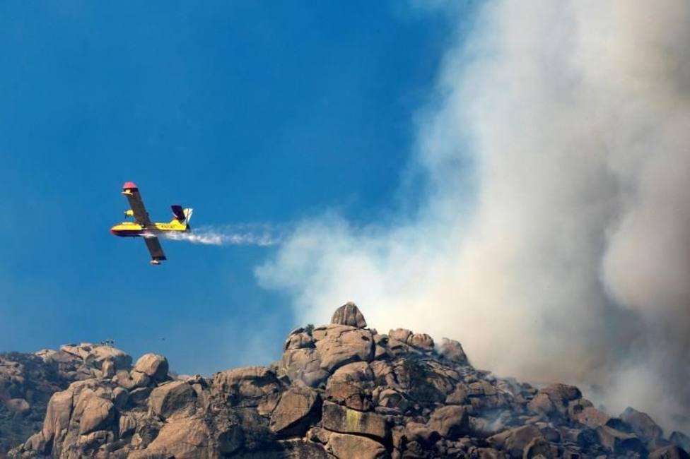 La Junta rebaja la peligrosidad del incendio de Navalacruz que sigue activo