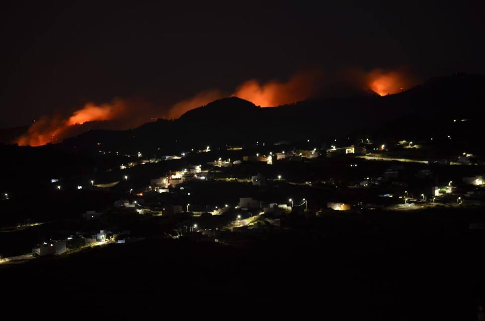 Incendio nocturno en Valleseco
