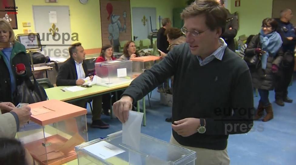 Almeida llama a la afluencia masiva a los colegios electorales tras depositar su voto