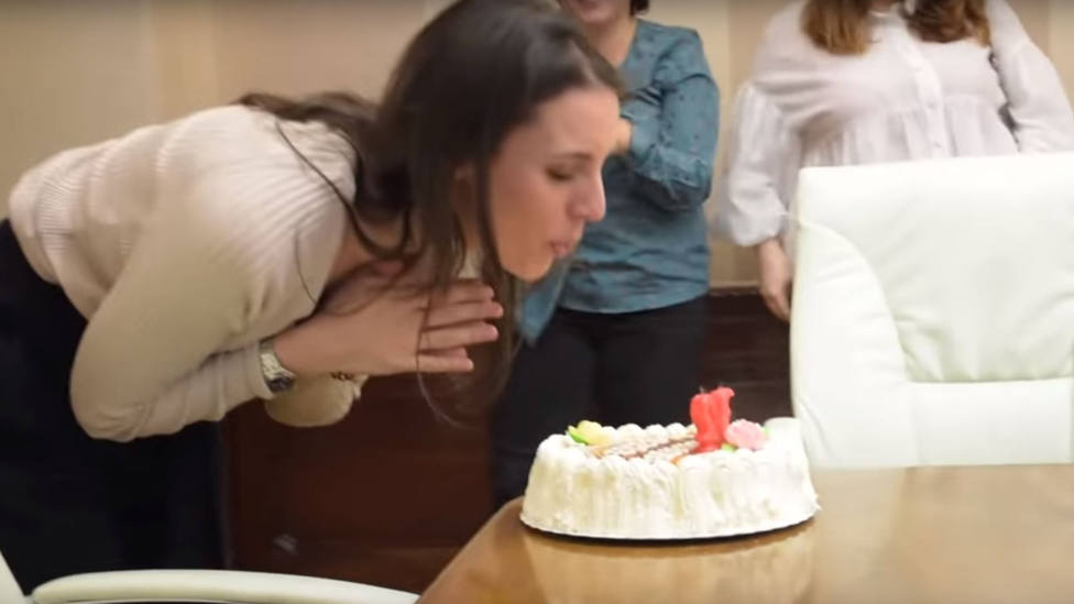 La retransmisión del cumpleaños de Irene Montero, con tarta y su equipo de tías maravillosas