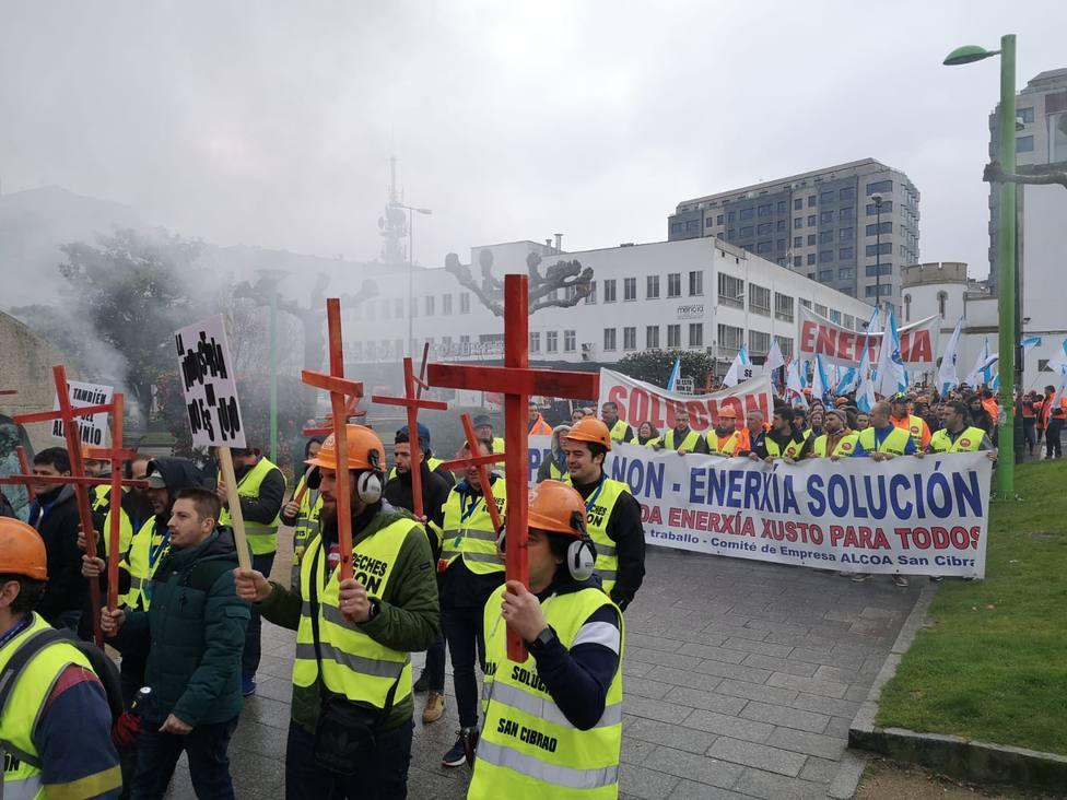 Casi un millar de trabajadores de Alcoa toman las calles de Lugo para exigir soluciones