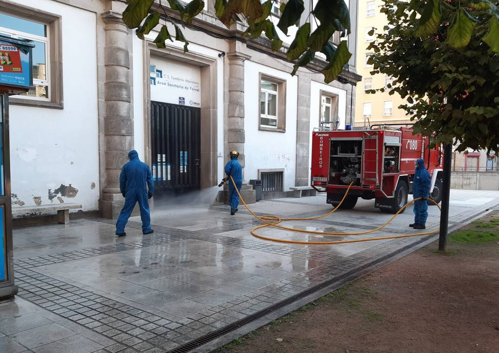Los Bomberos de Ferrol ante el centro de salud de la plaza de España - FOTO: Concello de Ferrol