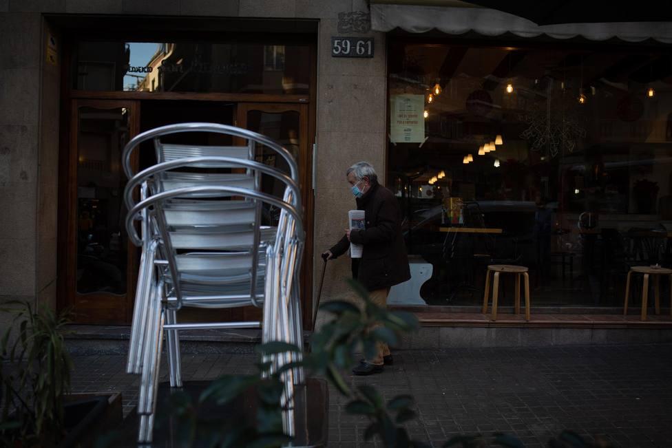 Sillas vacías en una terraza de una céntrica calle de Barcelona - David Zorrakino - Europa Press - Archivo