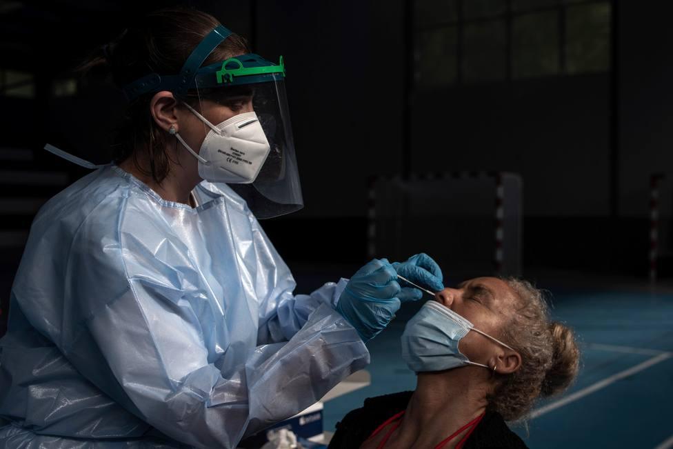Foto de archivo de una sanitaria realizando una prueba PCR - FOTO: EFE / Brais Lorenzo
