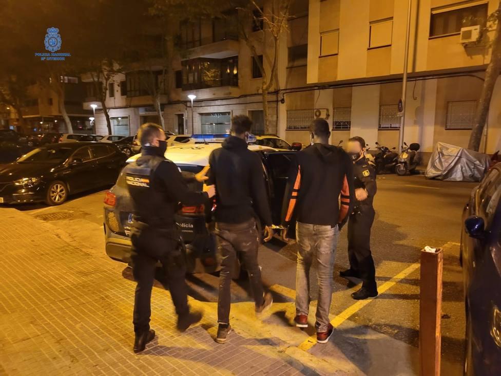 Sucesos.- Detienen a dos hombres por robar un móvil y amenazar a la víctima en Palma