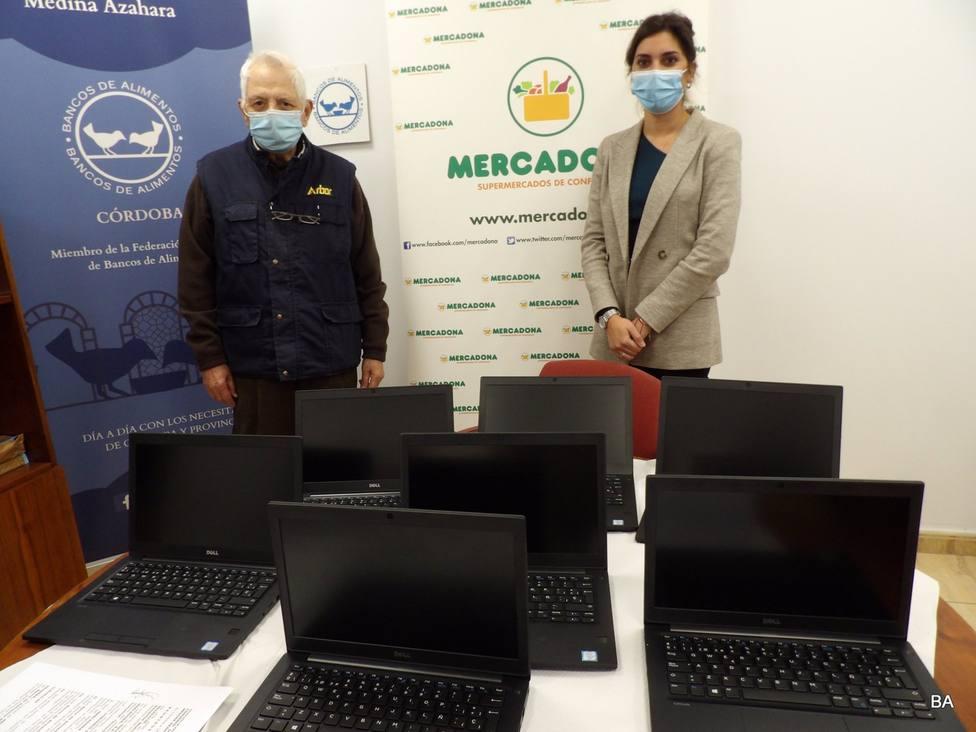 El Banco de Alimentos recibe una donación de ocho ordenadores portátiles entregados por Mercadona