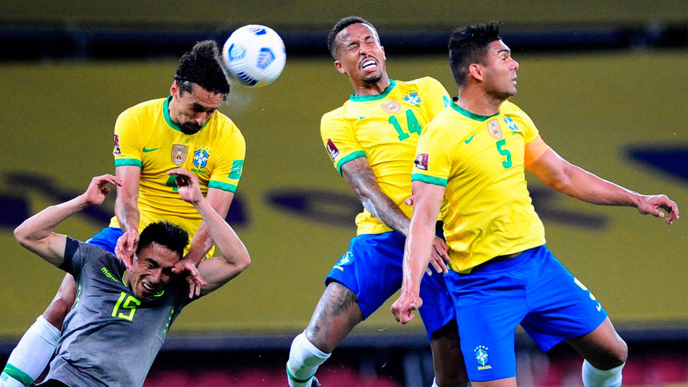 Marquinhos salta por encima de Ángel Mena durante el Brasil - Ecuador. EFE