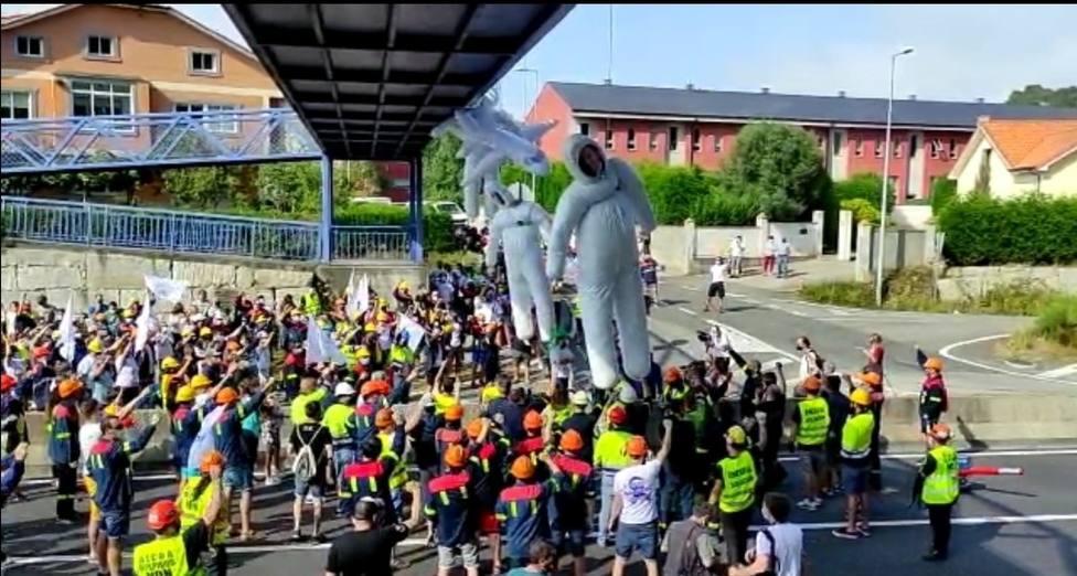 Los trabajadores de Alcoa cortaron ayer la Nacional 642 en San Cibrao