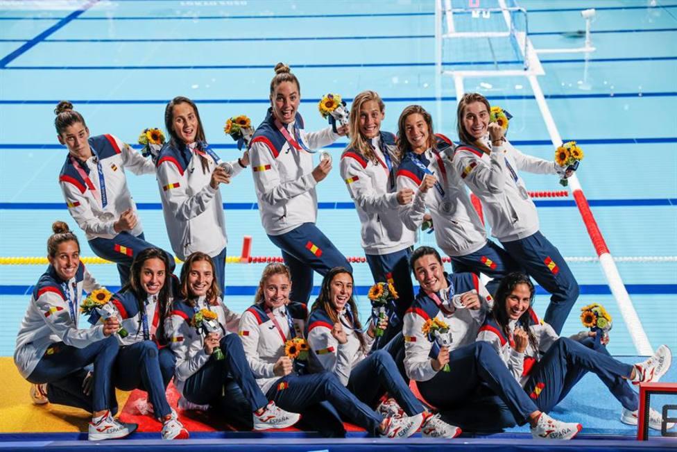 Las jugadoras de waterpolo con la medalla de bronce
