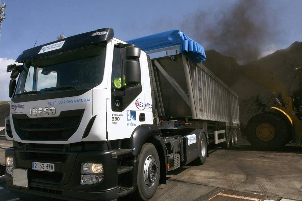 Foto de archivo de un camión cargando carbón en el puerto exterior de Ferrol - FOTO: EFE / Kiko Delgado