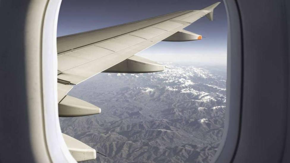 """El momento en el que dos aviones casi chocan y el piloto llama """"inútil"""" a la controladora"""