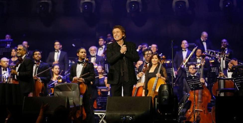 Raphel en uno de los conciertos de su última gira Resinphónico