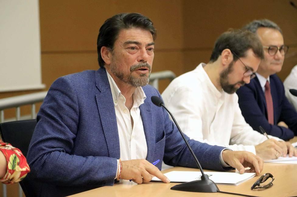 Barcala (PP), un abogado con tres másteres y alma de pintor se consolida tras un año al frente de Alicante