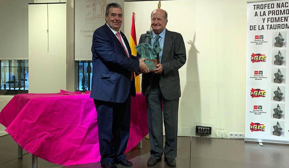 Jorge Fajardo, presidente de UFTAE, entregando el premio a José Manuel Albendea