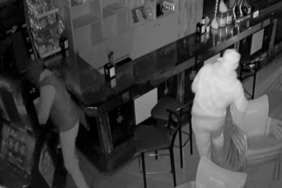 Los ladrones durante un robo. Foto: Guardia Civil