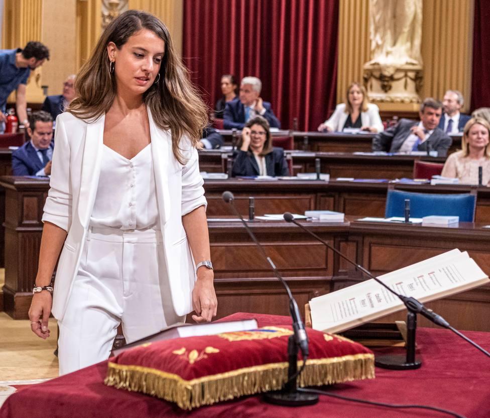 Así es Gloria Santiago, la política que visitó al Rey con un lazo republicano