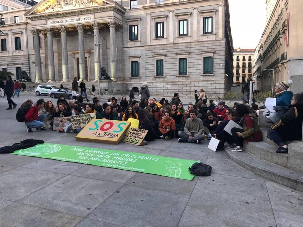 Medio centenar de jóvenes se sientan ante el Congreso contra la inacción política frente a la crisis climática