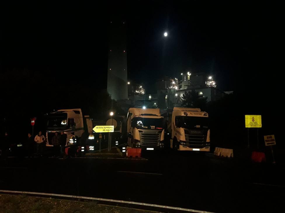 Camiones cortando el acceso a la central térmica de Endesa en As Pontes -FOTO: Cedida