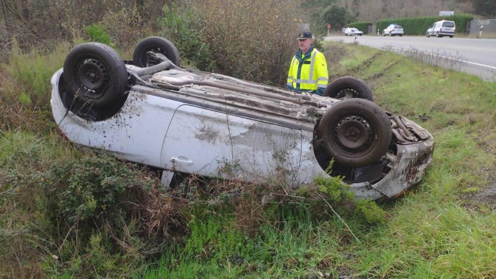Herido un conductor cuyo coche volcó en la Nacional 120 en Quiroga