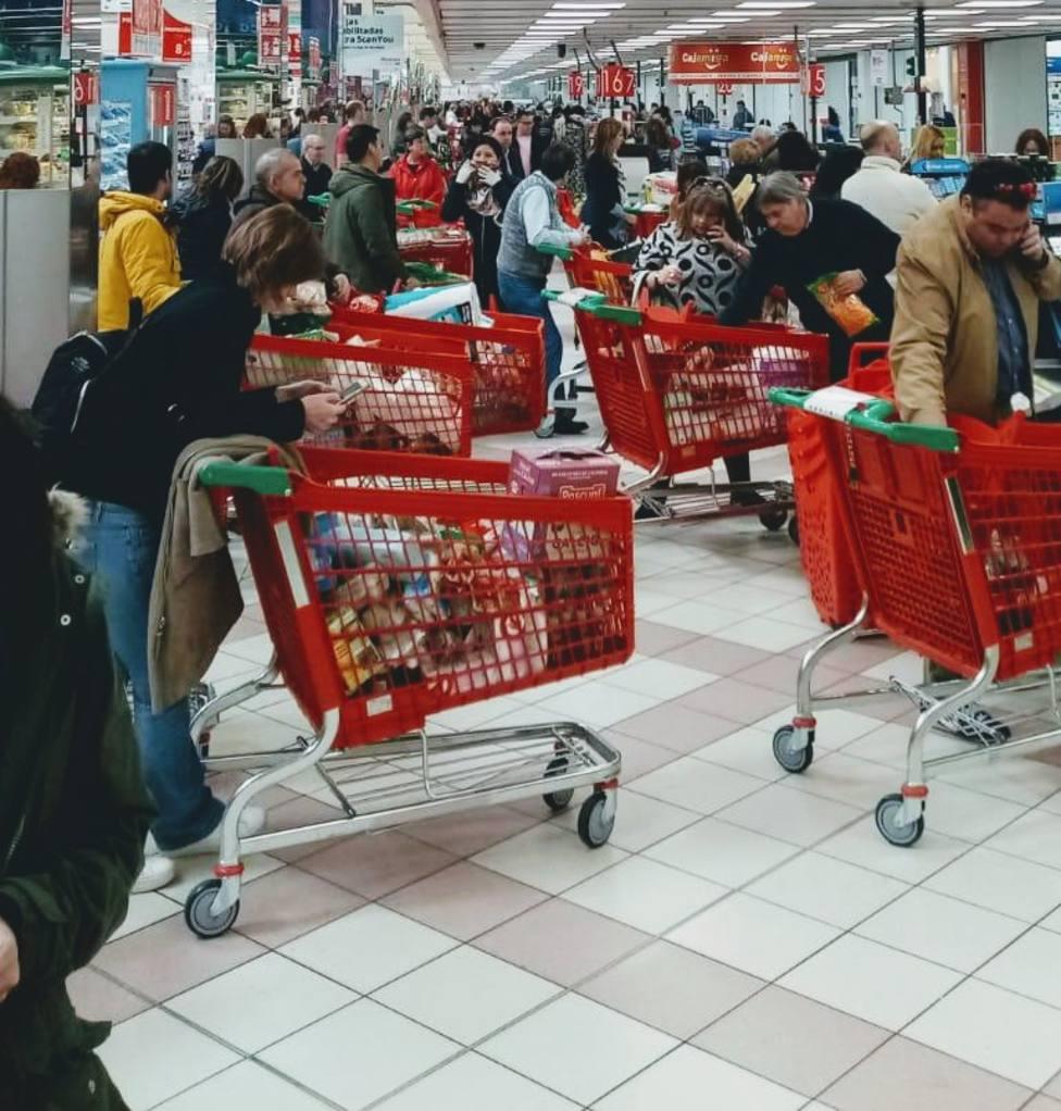 Las compras en los supermercados vuelven a la normalidad tras el caos debido al estado de confinamiento