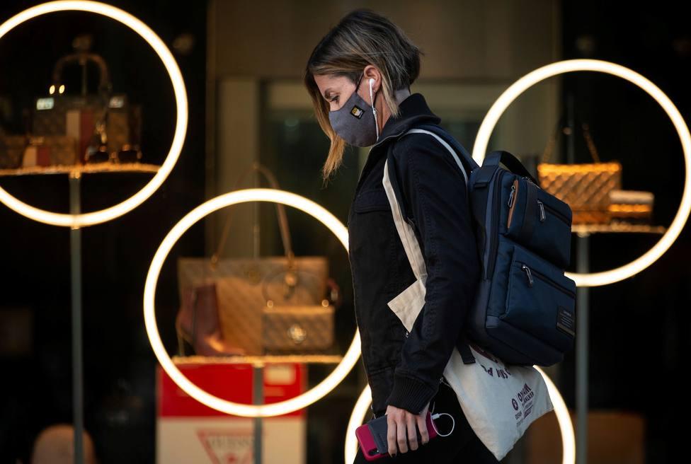 Mujer paseando con la mascarilla