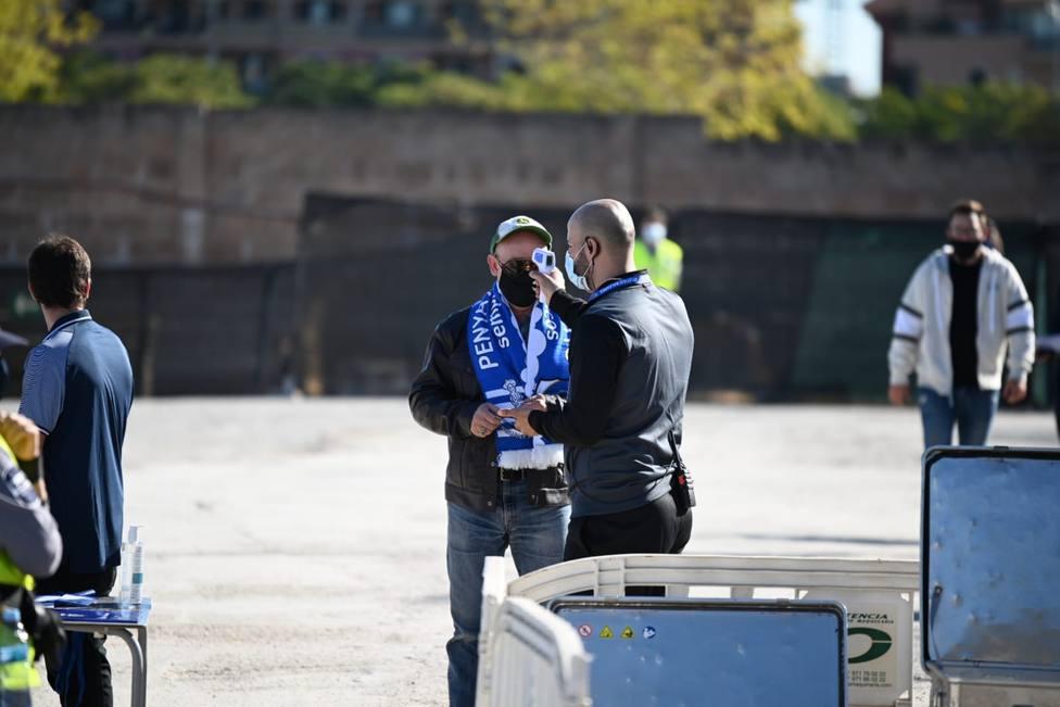 Un socio accede al Estadi Balear antes de un partido