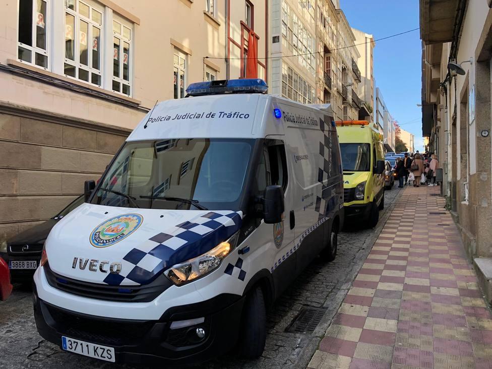 El furgón de Atestados de la Policía Local de Ferrol y una ambulancia del 061 en el lugar del atropello