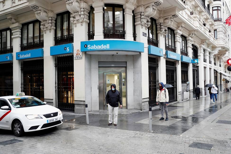 ¿De qué manera afecta a los clientes de BBVA y Sabadell que no haya fusión?