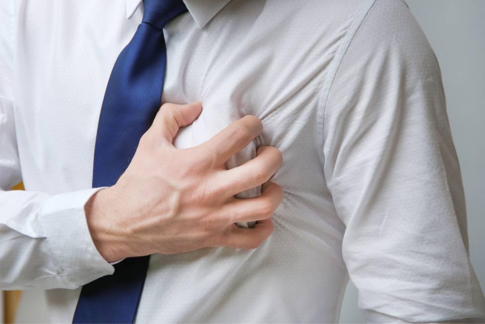 Un hombre se toca la zona del pecho sobre el corazón