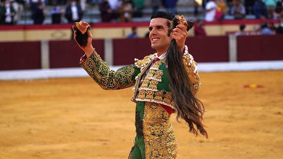 Emilio de Justo con las dos orejas y el rabo cortados al sexto toro de Algarra en Almendralejo