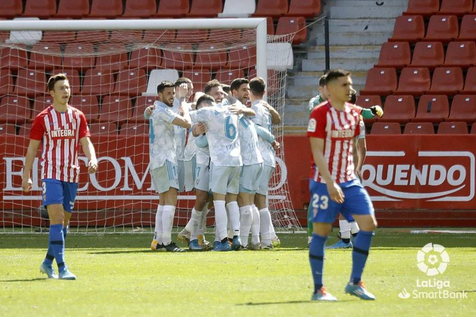 Los jugadores del Mirandés celebran la victoria con Djuka y Saúl García en primer plano