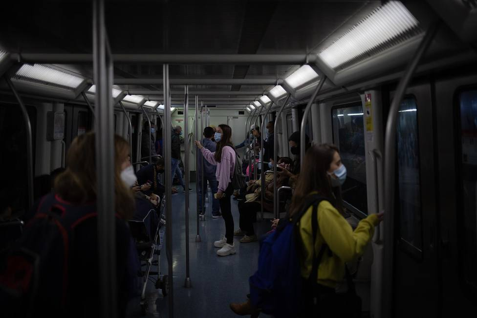 Varias personas viajan en el metro de Barcelona - David Zorrakino - Europa Press - Archivo
